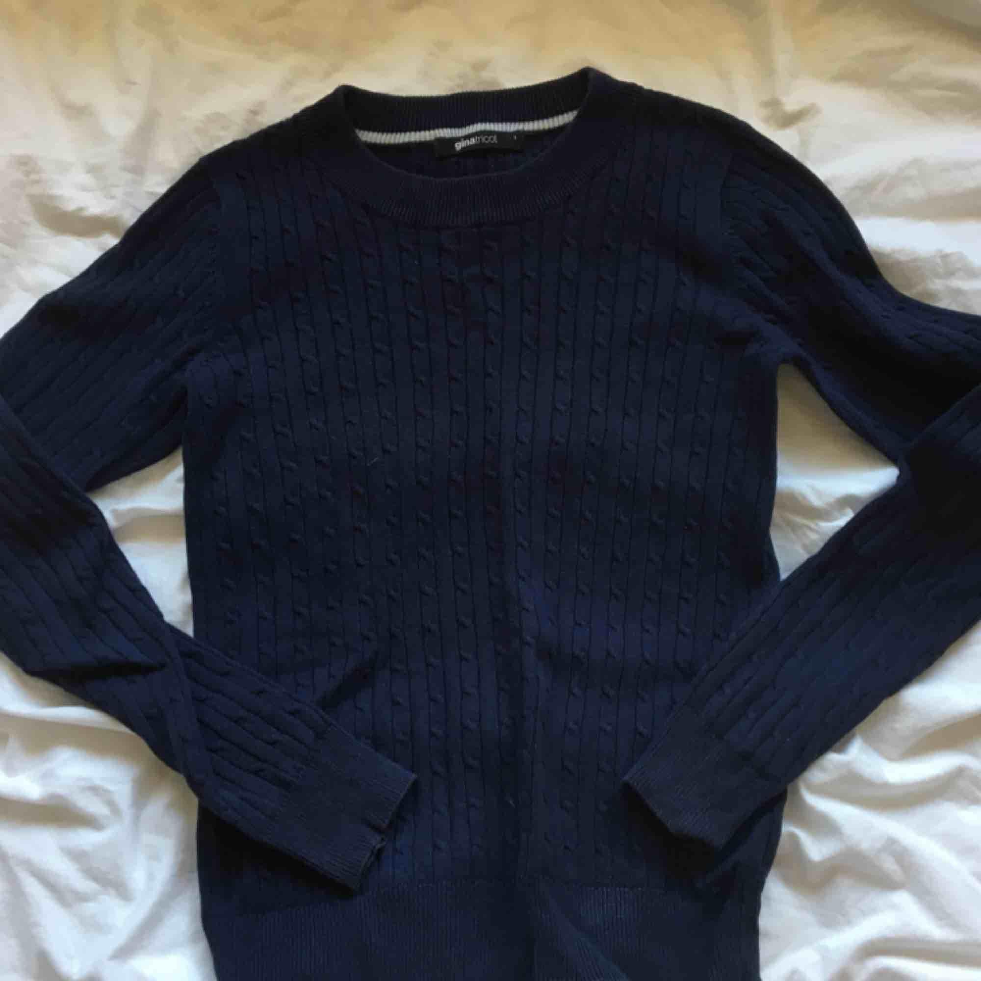Kavelstickad marinblå tröja från gina! Jättefin och bra till alla tillfällen! Köparen står för frakt. Huvtröjor & Träningströjor.