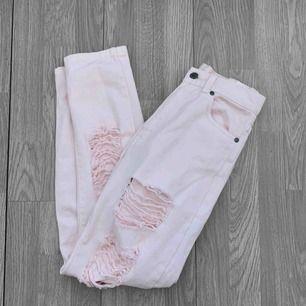 Ljusrosa ripped högmidjade jeans från Dr.denim storlek 25/30(xs / s) i superfint skick. Frakt kostar 55kr extra, postar med videobevis/bildbevis. Jag garanterar en snabb pålitlig affär!✨ ✖️Fraktar endast✖️