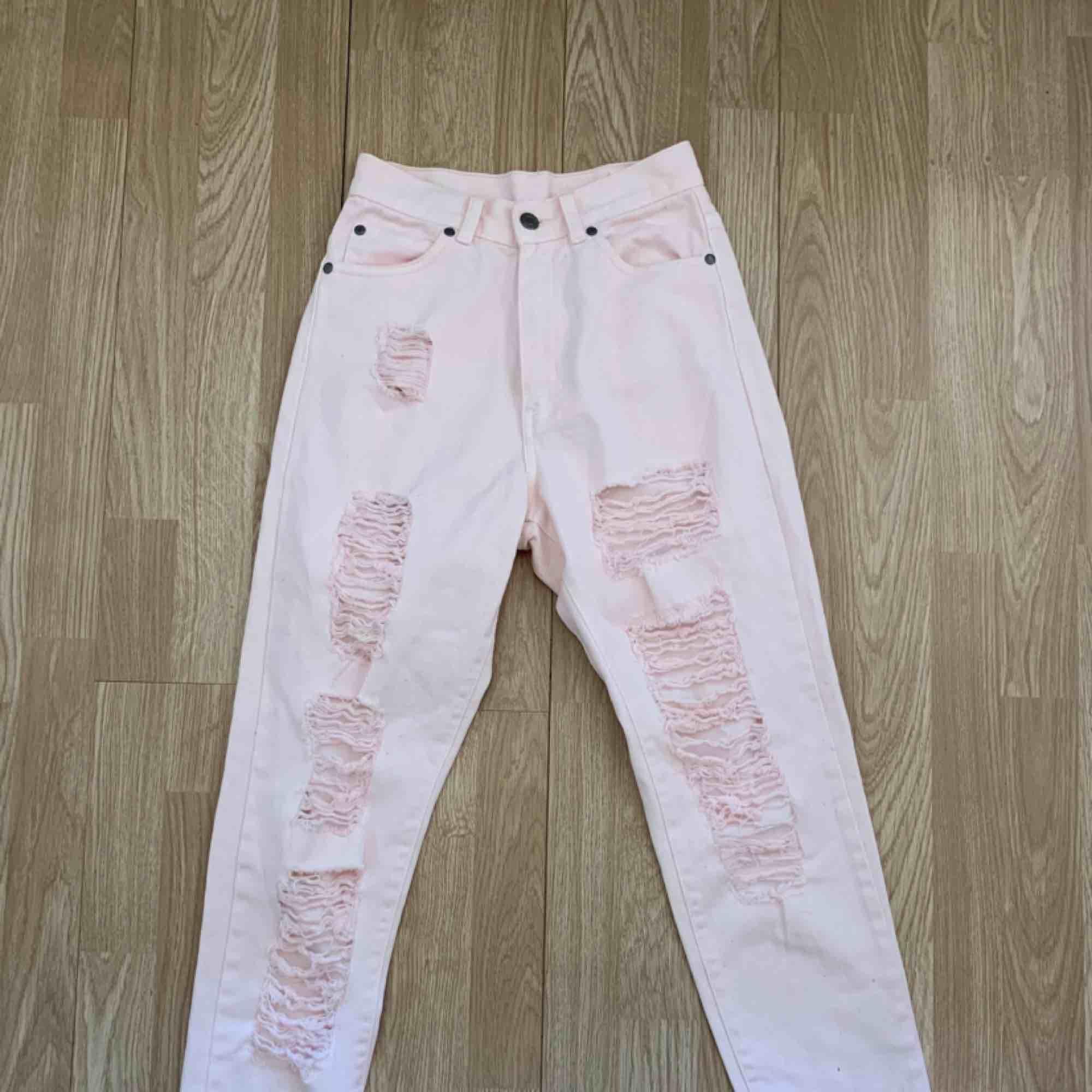 Ljusrosa ripped högmidjade jeans från Dr.denim storlek 25/30(xs / s) i superfint skick. Frakt kostar 55kr extra, postar med videobevis/bildbevis. Jag garanterar en snabb pålitlig affär!✨ ✖️Fraktar endast✖️. Jeans & Byxor.