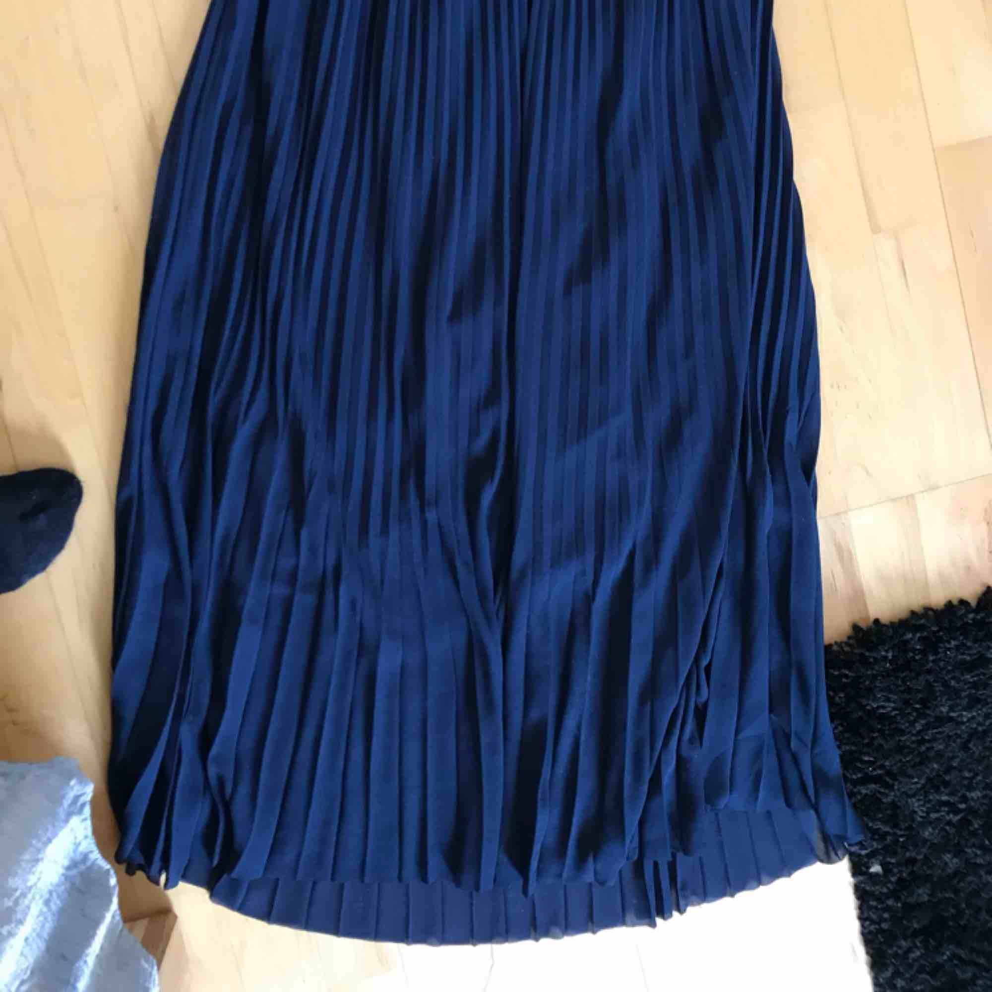 Fin lång kjol från HM! Är marinblå i fint skick. Säljes pga lite för stor för mig🥰🤪. Kjolar.