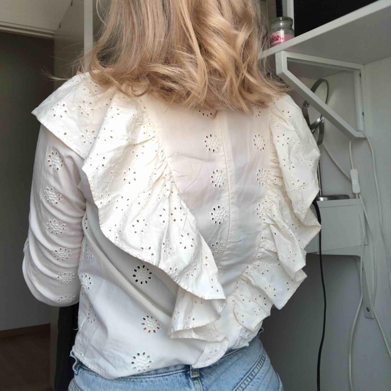 Supersöt blus med fint mönster ifrån h&m storlek XS/S, volanger både på fram och baksida. Även en dragkedjan på ryggen, köparen står för frakt 💖. Blusar.