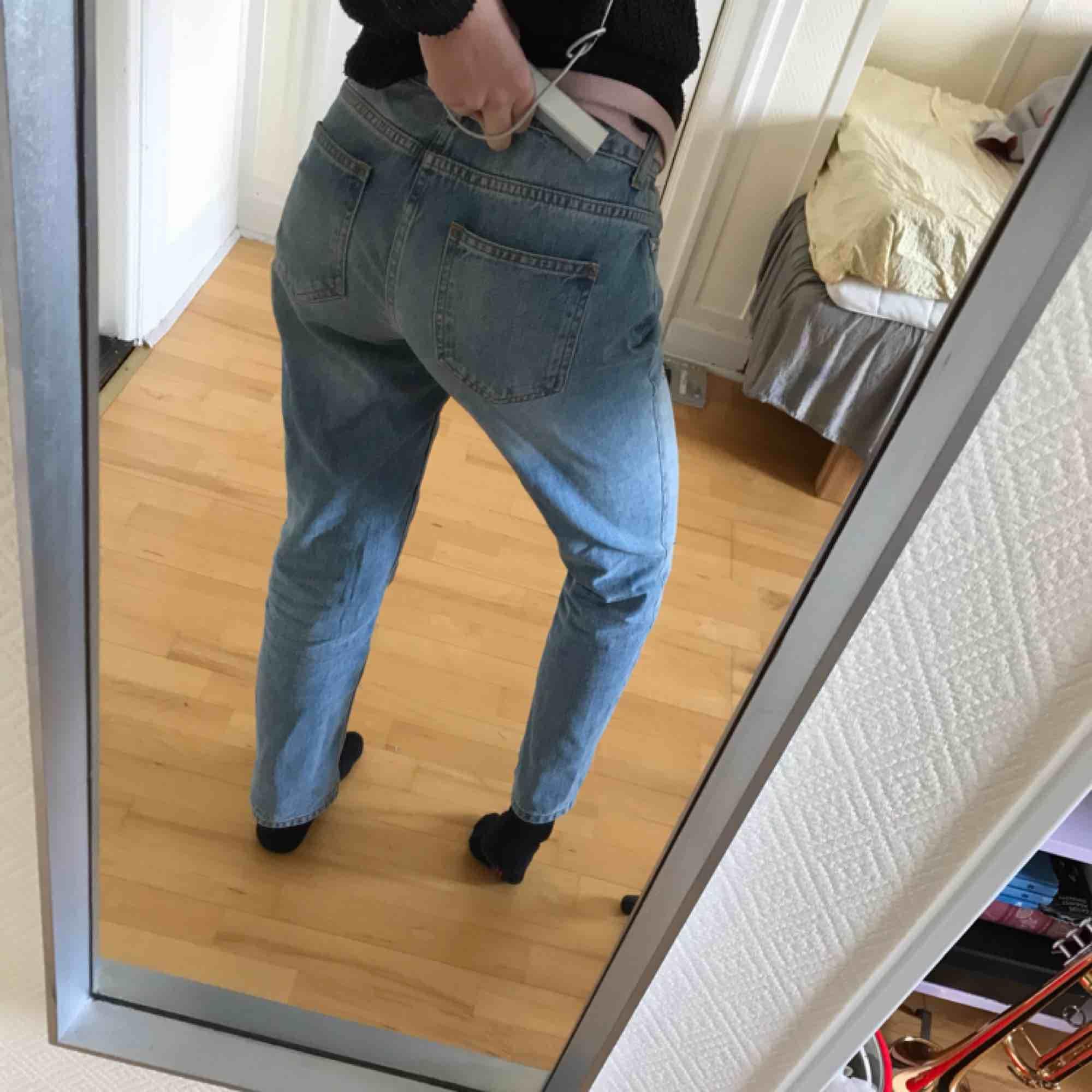 FRI FRAKT! Coola och fina momjeans i nyskick från ZARA!! Små diamanter på som ger en snygg stil❣️🥰. Jeans & Byxor.