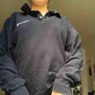 Super cool långärmad piké tröja från champion, färgen marinblå