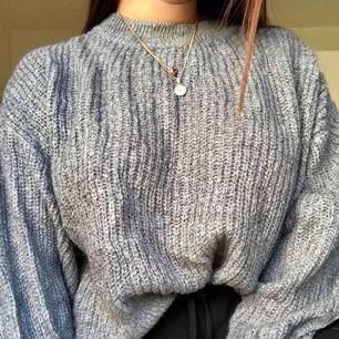 Super mysig Oversized stickad tröja, kan stickas men en top under löser det! Den är köpt för 300kr. Köparen står för frakt💖💖