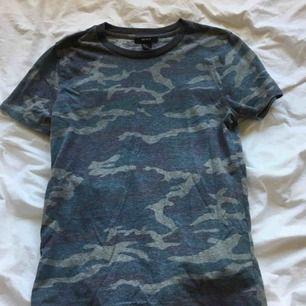 Jättecool tröja från Forever 21! Camoflage mönster! Köparen står flr frakt