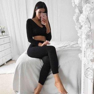 Svarta högmidjade ribbade leggings från Fashion Nova storlek S. Använt skick och noppriga därav priset. Frakt kostar 36kr extra, postar med videobevis/bildbevis. Jag garanterar en snabb pålitlig affär!✨ ✖️Fraktar endast✖️