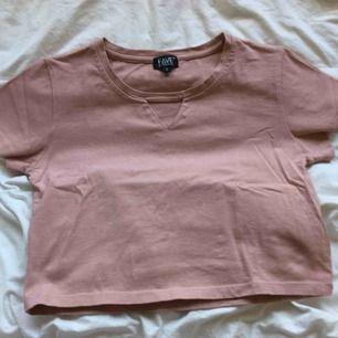 Fin tröja köpt på Nelly! Ljusrosa med en triangel över bröstet! Fin till vardags och till fest! Köparen står för frakt