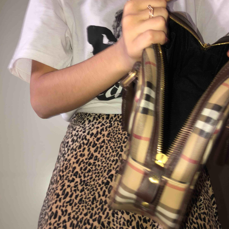 Burberry väska som jag aldrig har använt.  Bra skick!  Frakt diskuteras.. Väskor.