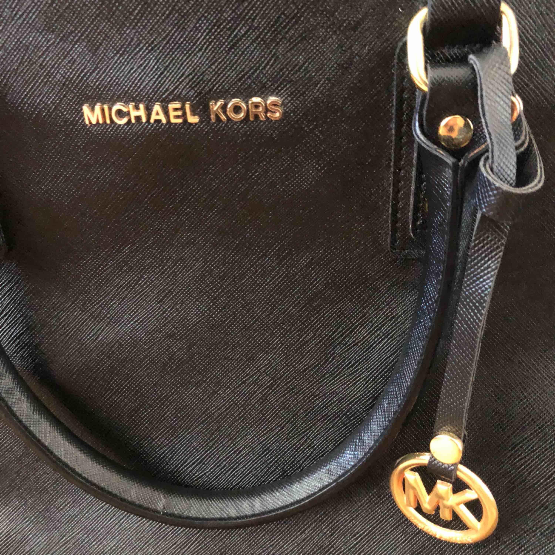 Stor MK väska som jag använde förut, men inte längre. Man kan förvara mycket.  Ställ frågor!. Väskor.