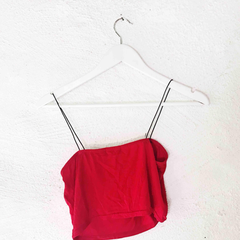 Superfint croppat linne från Boohoo. Aldrig använt, lappen kvar. Står strl 40, men tyget är väldigt stretch så passar från storlek S till L. Frakt tillkommer 🌹. Toppar.