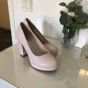 Nya högklackade skor i st 35 men skulle nog säga att dem även passar en 36. Använda ett fåtal gånger. Köparen står för frakt💕