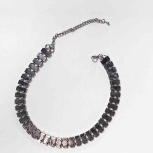 Superfint halsband som liknar en kedja. Använt ett fåtal gånger. Jag bjuder på frakten! 🌹
