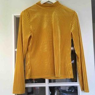 En senapsgul/guldig långärmad tröja. Polokrage & sammetstyg. Aldrig använd!