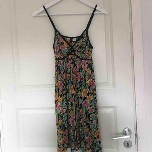 Blommig klänning, jätte skönt materiel som lägger sig fint på kroppen!!!