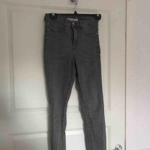 Gråa Molly jeans som knappt är använda!!