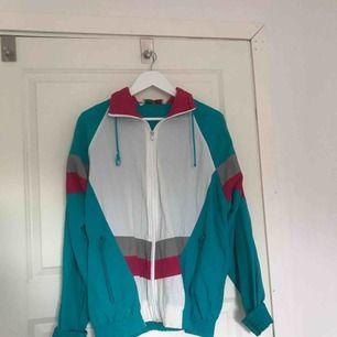 Så fin vintage jacka, perfekt till våren med färgerna!!!❤️