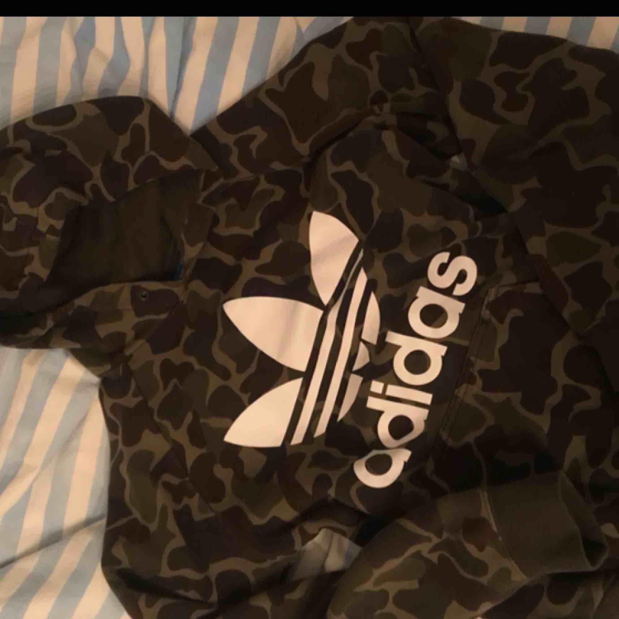 Hel och fin hoodie från adidas i XS / S 200kr Utan snören, säljs i befintligt skick. Huvtröjor & Träningströjor.