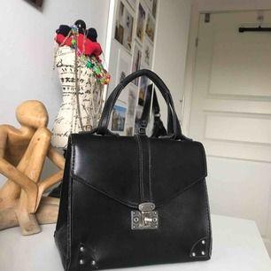 Så fin vintage väska, säljer för att den är värd att användas mer!!!