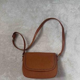 En brun väska från Anna Field. Aldrig använd! Kan mötas upp i Stockholm annars plus frakt