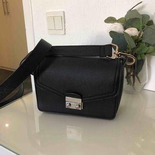 Liten väska i fake läder med 2 lite större fack och 1 litet. Köpare står för frakt💕