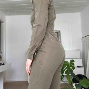 Militärgrön jumpsuit från & Other stories   Använd ca 5-10 ggr och säljer då den har blivit lite liten :(  Frakt ingår i priset!😇