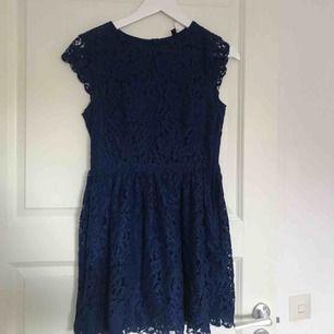 Mörk blå spetsklänning i jätte bra skick !!