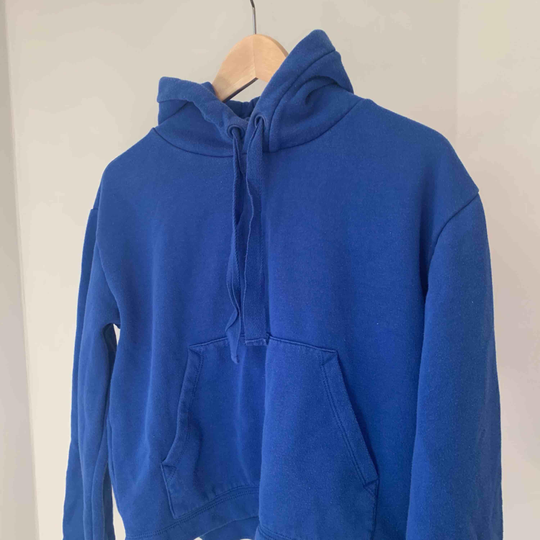 En blå hoodie från hm. Lite utsvängda armar och kortare modell. Använd fåtal gånger! Kan mötas upp i Stockholm annars plus frakt . Huvtröjor & Träningströjor.