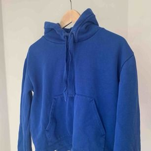 En blå hoodie från hm. Lite utsvängda armar och kortare modell. Använd fåtal gånger! Kan mötas upp i Stockholm annars plus frakt