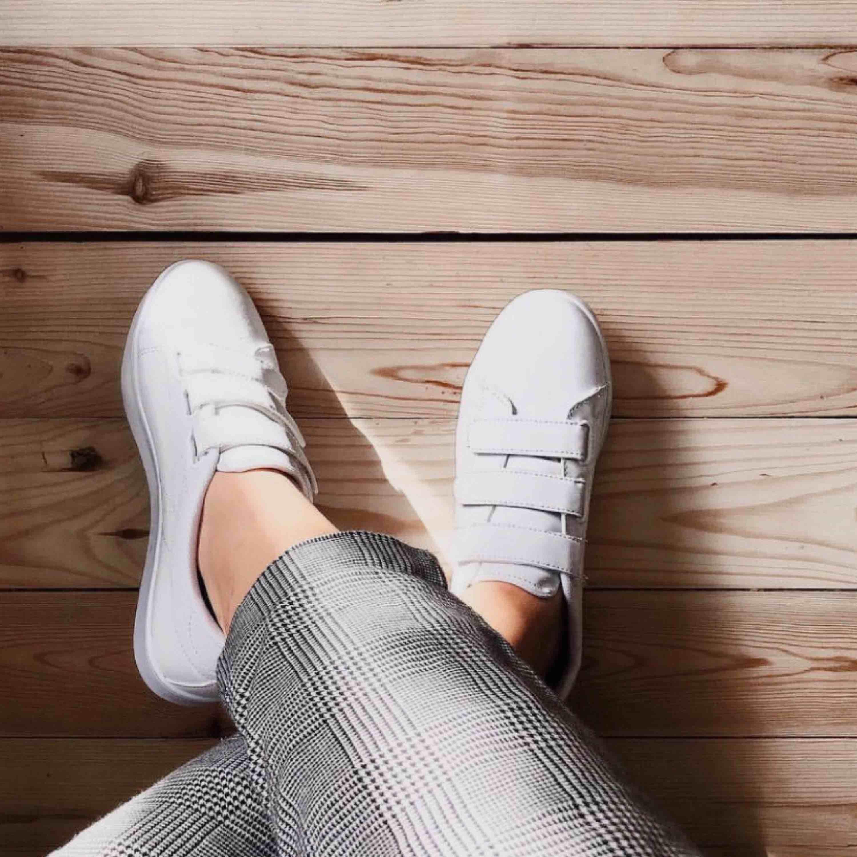 Vita sneakers med kardborrar. Skor.
