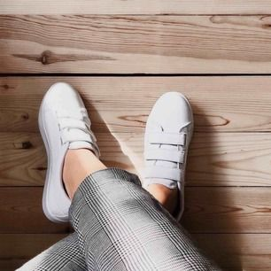 Vita sneakers med kardborrar