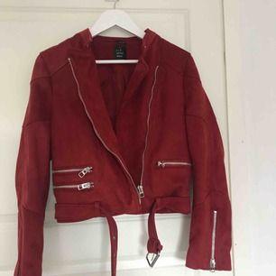 Mocka jacka från Zara, superfint skick. Är liten i storleken men det är endå så man kan ha en lite tjockare tröja under om man vanligtvis vis har storlek 36.❤️