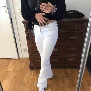 Vita utsvängda jeans, superfina och i bra skick!💗💗 pris kan sänkas vid snabb affär! Kan frakta och mötas upp💗💗