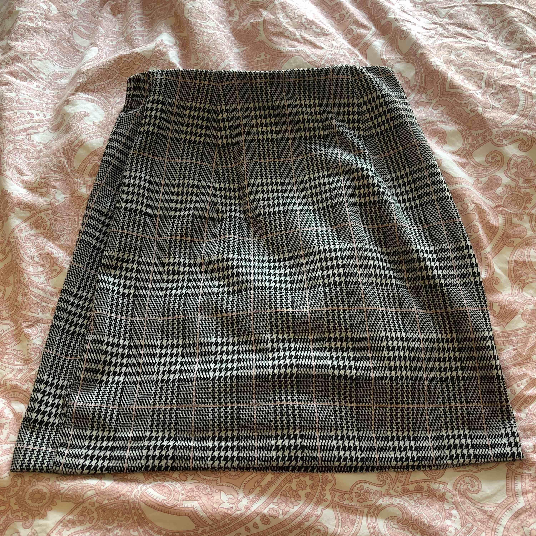 Helt ny kjol ifrån hm. Aldrig använd och i nyskick. Köpare står för frakt ca 40kr🥰. Kjolar.