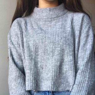 Super söta  gråa tröja! Utsvängd vid ärmarna. Super mysigt material, sticks/kliar inte alls mot huden.