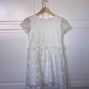 Supersöt vit klänning från zara! Klänningen kommer från zaras barn avdelning och är i storlek 152 men är rätt så bred. Har bara använt en gång och är i fint skick  Obs! Köpare står för frakt eller hämtas upp i trångsund, stockholm