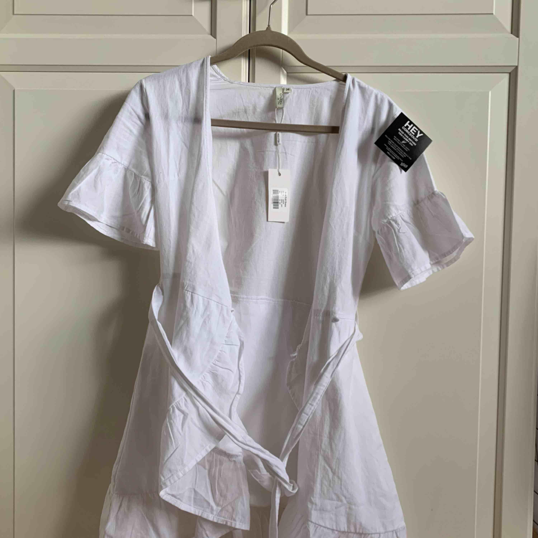 Säljer den slutsålda klänningen från Nelly i strl 34! Helt oanvänd och med lapparna kvar. Kan frakta 💛 passar perfekt till student och examen. Klänningar.