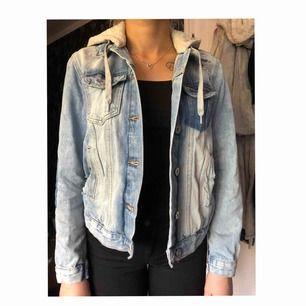 Blå spräcklig jeans jacka med vissa slitningar, 5 fickor, text på ryggen ( stay magical ) med luva.  Nästa aldrig använd