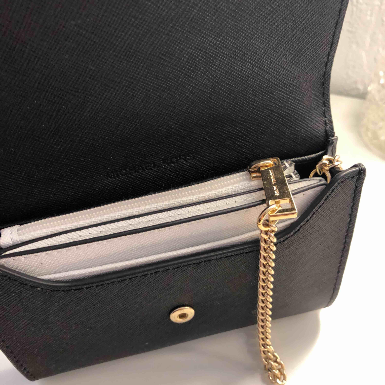 Michael kors plånbok i 3 delar såklart äkta dock finns inget kvitto kvar, men den är köpt i Michael kors butiken i Köpenhamn för ca 600kr🥰 köpare står för frakt. Accessoarer.