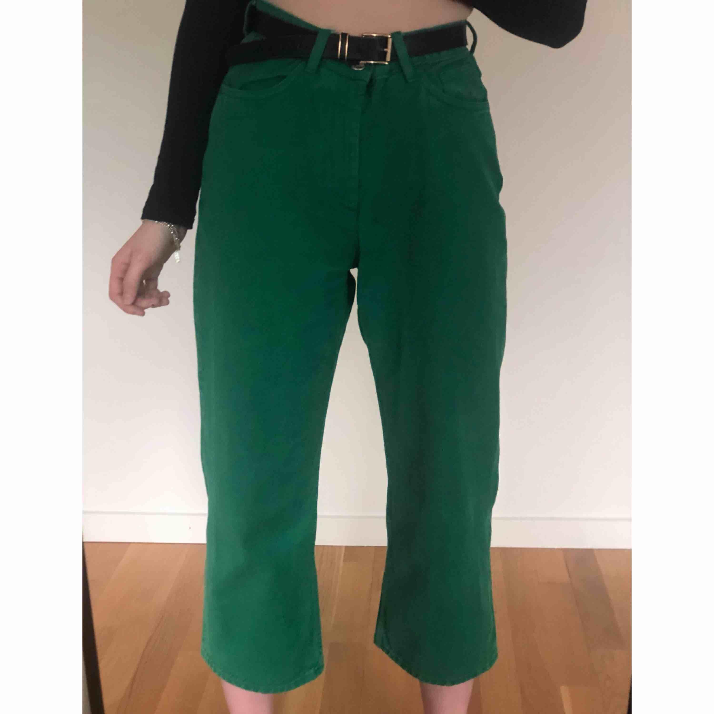 ✨ Gröna jeans från Monki. Vida ben som slutar vid ankeln. Endast använda ett fåtal gånger så de är i bra skick. Köparen står för frakten ✨. Jeans & Byxor.