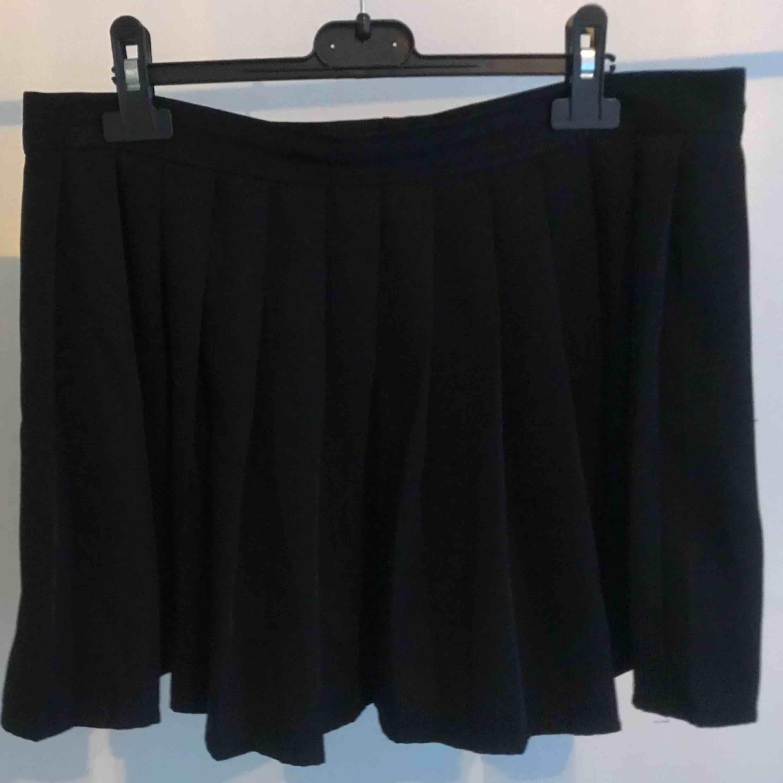 Svart schoolgirl-kjol, Lappen är bortklippt, men uppskattas till Large. Väl använd men fortfarande i bra skick! Frakt tillkommer!. Kjolar.