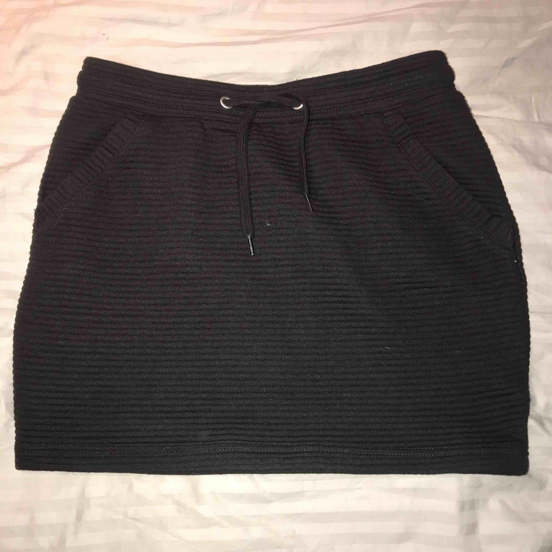 """Svart ribbad kjol som aldrig är använd(då den är för liten för mig) Tog bilden med blixt så därför ser den lite """"lila"""" ut, men den är helt svart . Kjolar."""