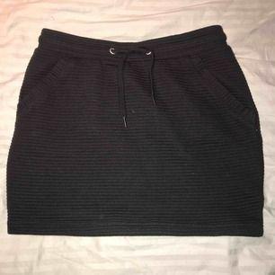 """Svart ribbad kjol som aldrig är använd(då den är för liten för mig) Tog bilden med blixt så därför ser den lite """"lila"""" ut, men den är helt svart"""