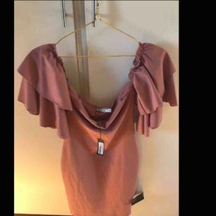 Säljer en sprillans ny klänning från Nelly, den är jättefin och har en bra passform. Aldrig använd vid något tillfälle, endast testad. Perfekt som skolavslutningsklänning. Skulle säga att denna både xs och s, köpare får stå för frakten som tillkommer!☺️