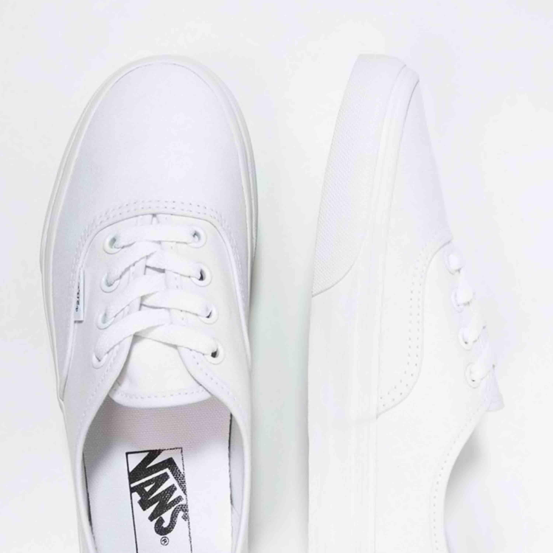 Säljer mina ursnygga vita vans, köpta i usa för nåt år sen men kommer aldrig till användning. Vita i färgen och sköna på fötterna! Frakt tillkommer!! Vans skokartong följer med :). Skor.
