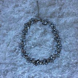 Halsband i chokermodell, 2 stenar har lossnat (se andra bilden) men inget man tänker på som ni ser på första bilden❤️