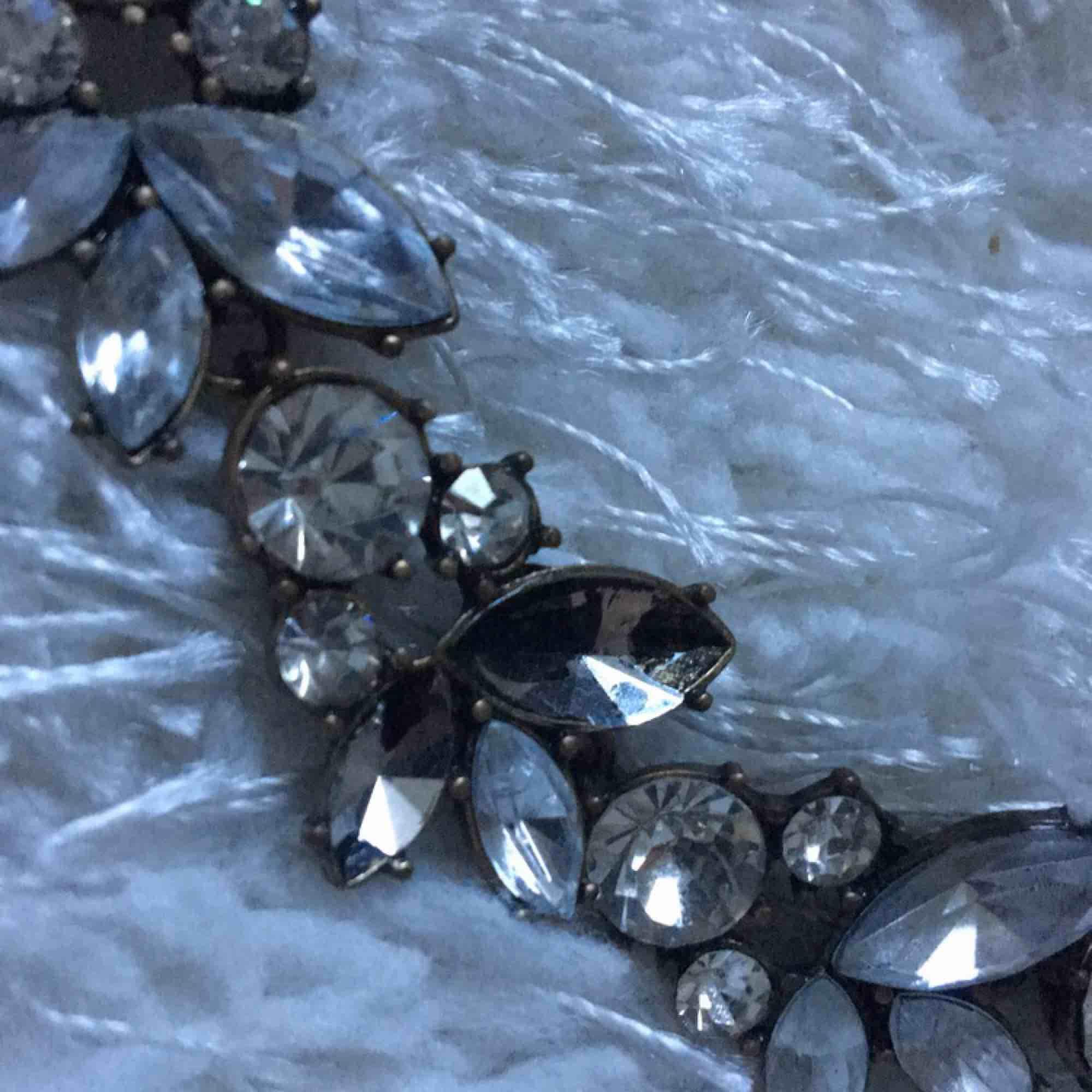 Halsband i chokermodell, 2 stenar har lossnat (se andra bilden) men inget man tänker på som ni ser på första bilden❤️. Accessoarer.