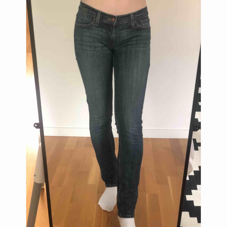 ✨ Levi's jeans, 524, Superlow. Passar mig som är 175 cm och vanligtvis har storlek 28 i jeans. Bra skick. Köparen står för frakten ✨. Jeans & Byxor.