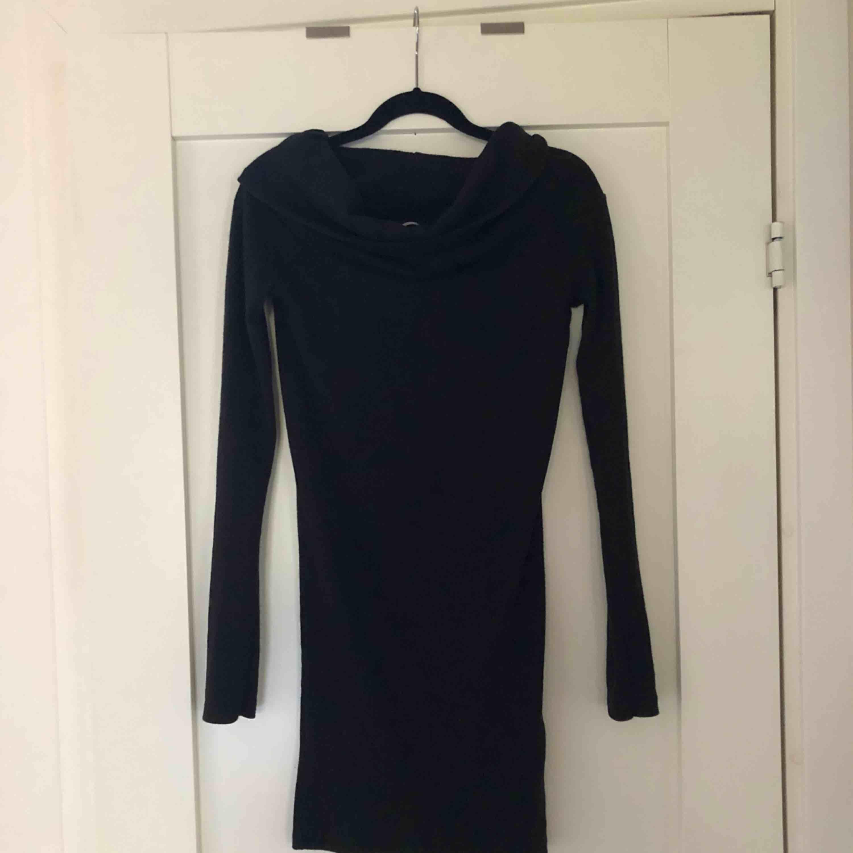 Tight svart långärmad klänning med snygg krage från Zara. Perfekt till finare tillfällen eller till vardags. Använd ett fåtal gånger. Hör gärna av dig för frågor!. Klänningar.