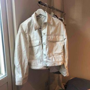 Knappt använd jeansjacka från Monki i storlek S (går att stryka), köparen står för frakt