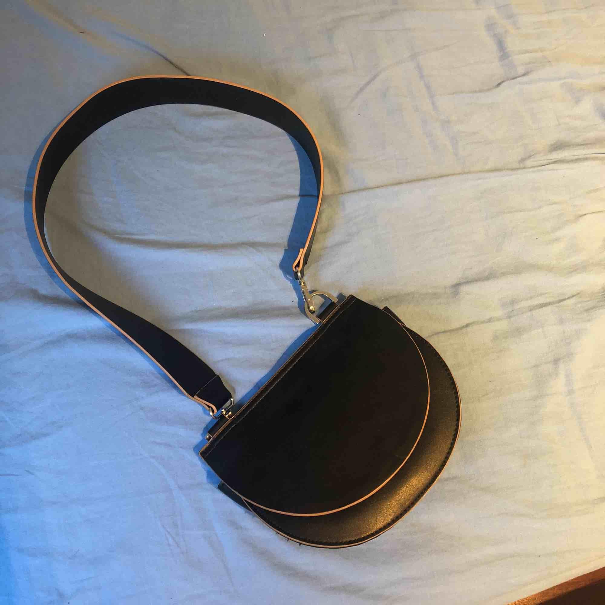 Väska från Carin Wester, knappt använd så den är fortfarande i bra skick. Möts helst upp annars står köparen för frakt . Väskor.